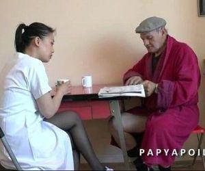 Papy se tape sa jeune infirmiere asiat apres la douche - 5..